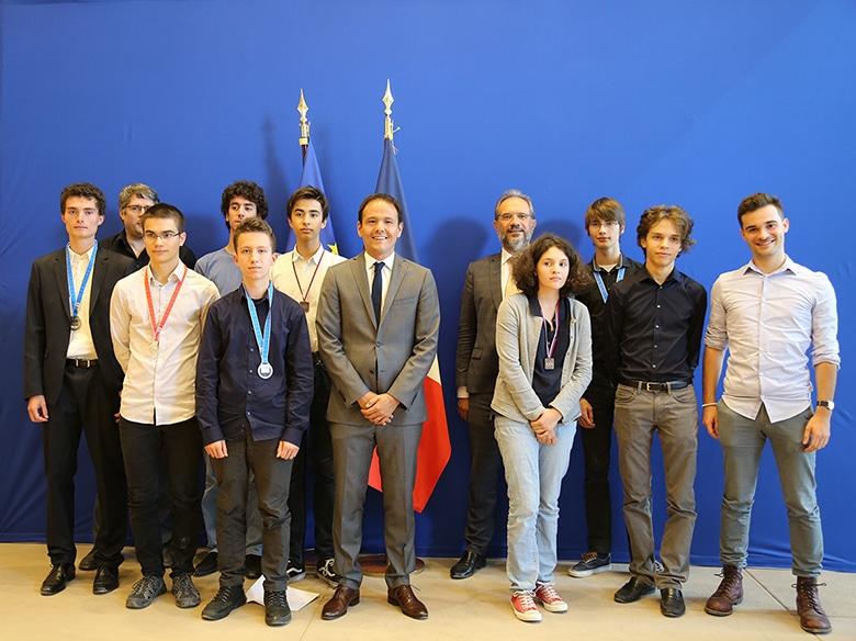 Les équipes des IOI et eJOI, accompagnées par l'association France-ioi, autour du Secrétaire d'Etat et de Joël Courtois